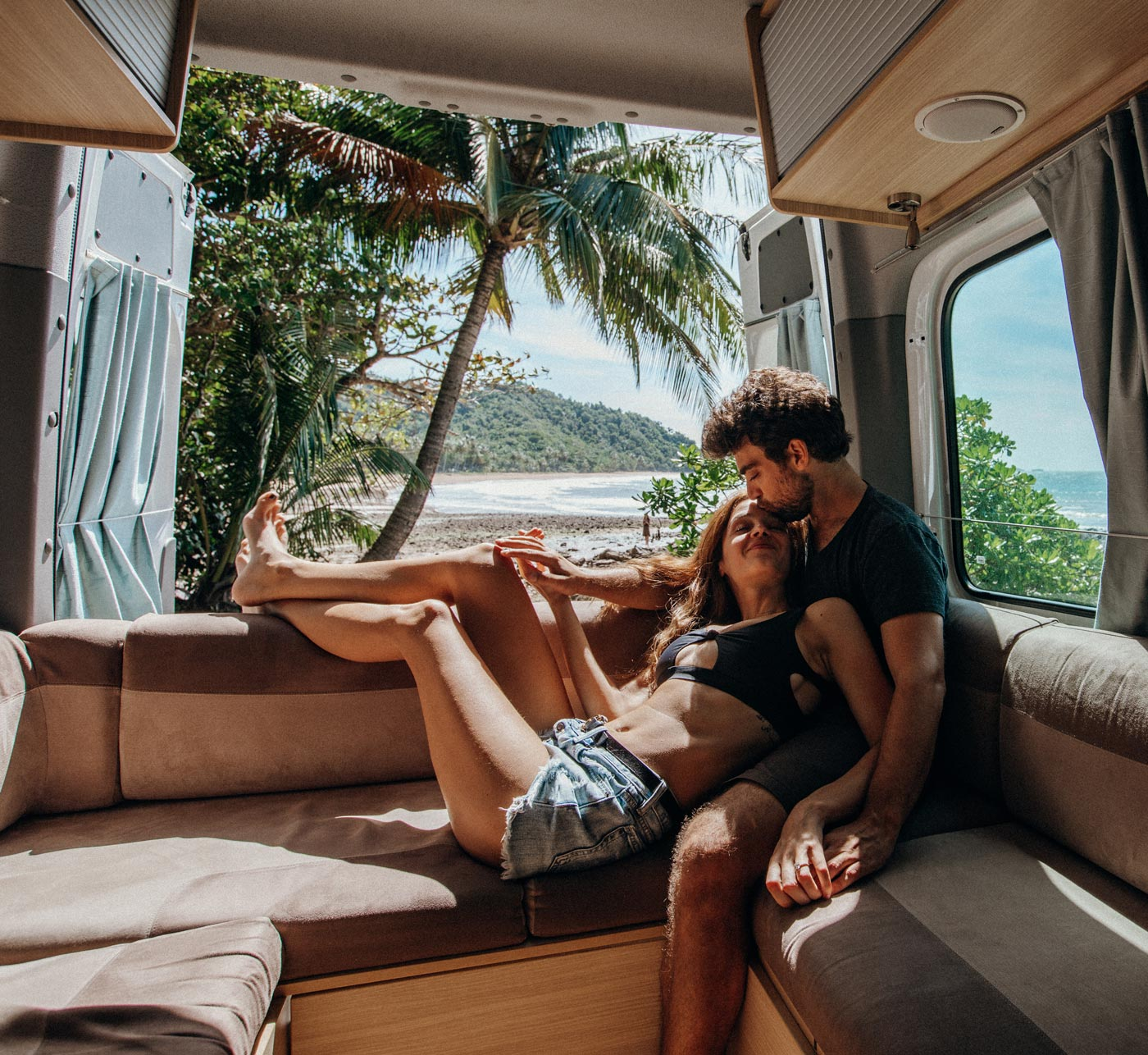 yinon-katerina-campervan-australia-roadtrip-couple-photo