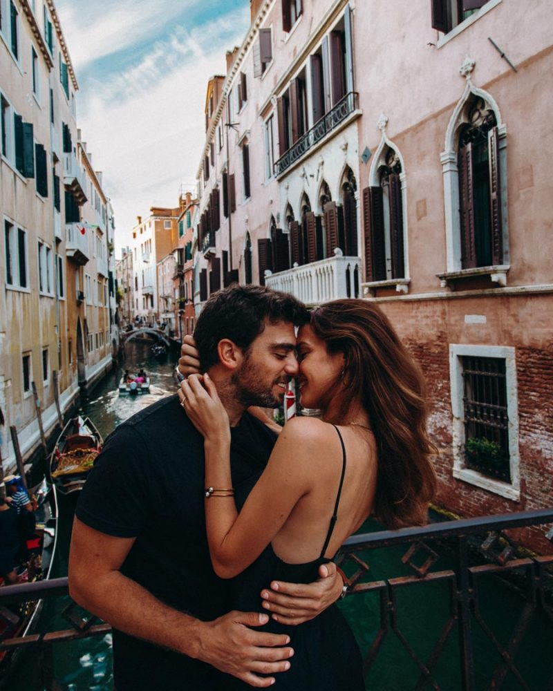 italy-venice-romantic-couple
