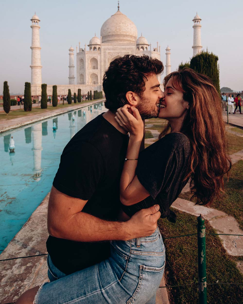 india-taj-mahal-romantic-cute-couple-poses-photos