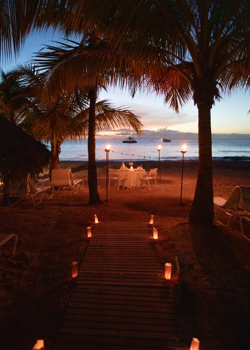 couples-swept-away-romantic-beach-dinner