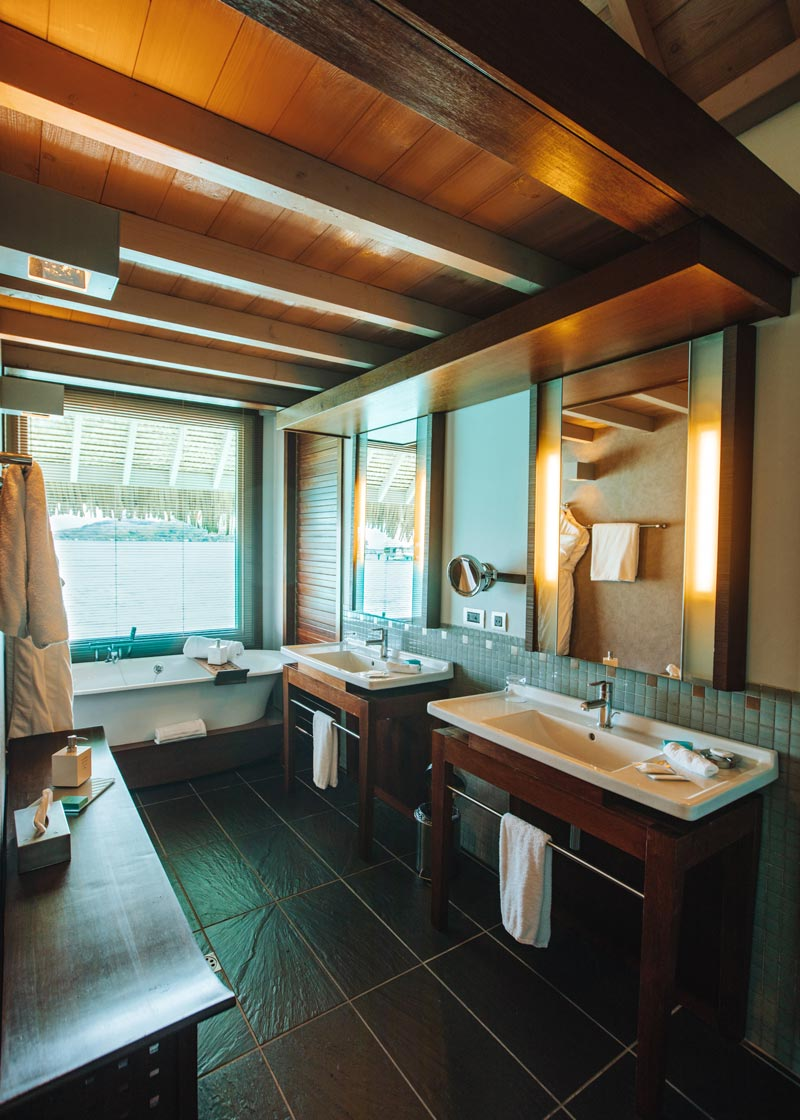 bathroom-overwater-bungalow